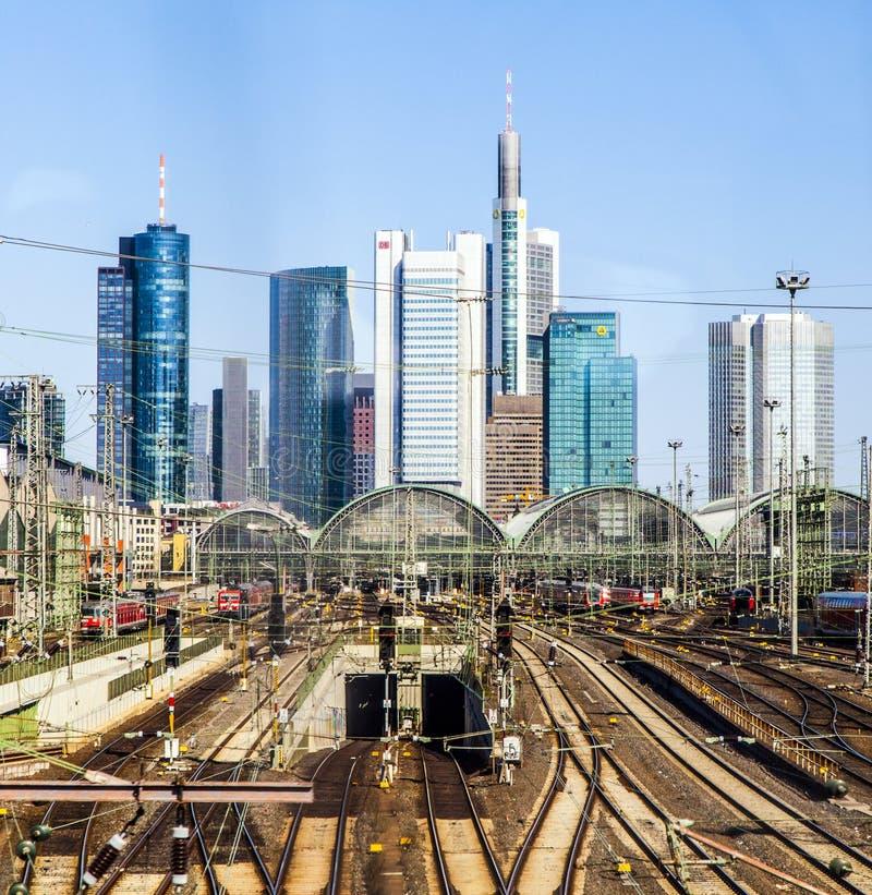 Centrale post Frankfurt-am-Main met wolkenkrabbers stock afbeeldingen