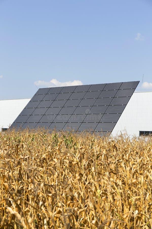 Download Centrale Solaire Sur Le Pré D'été Photo stock - Image du pouvoir, environnement: 77156526