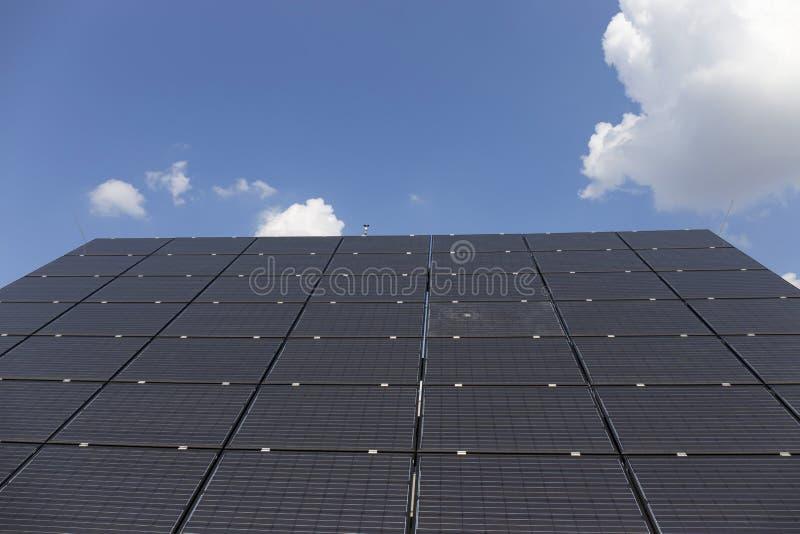 Download Centrale Solaire Sur Le Pré D'été Image stock - Image du industrie, écologique: 77157703