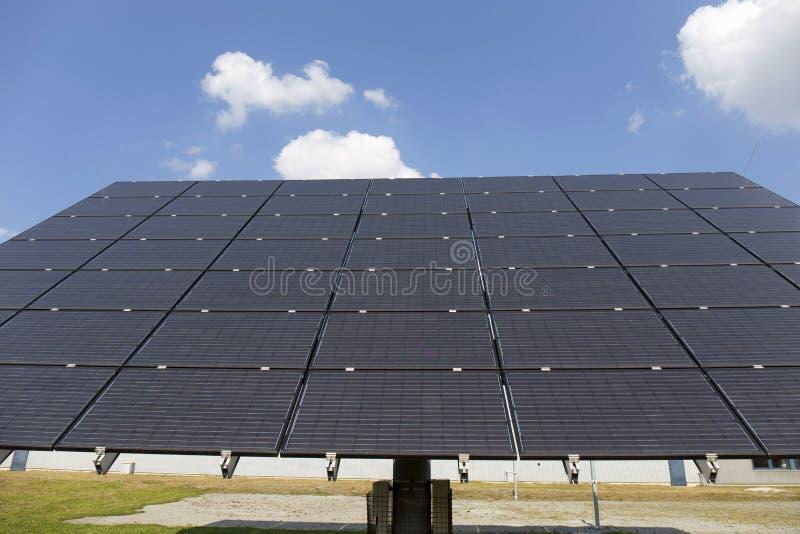 Download Centrale Solaire Sur Le Pré D'été Image stock - Image du écologique, panneau: 77159461