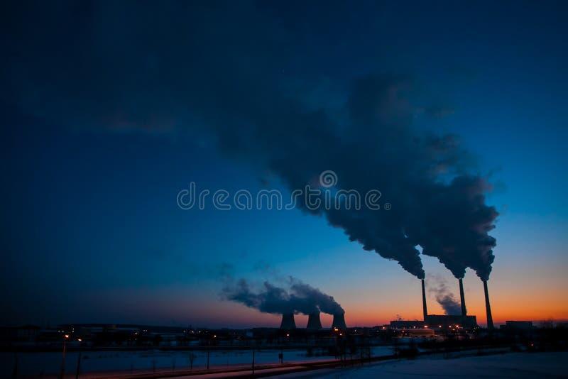 Centrale thermique au coucher du soleil produisant l'énergie pour la ville en hiver photographie stock