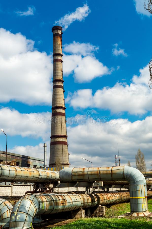 Centrale thermique, paysage industriel avec de grandes cheminées image libre de droits