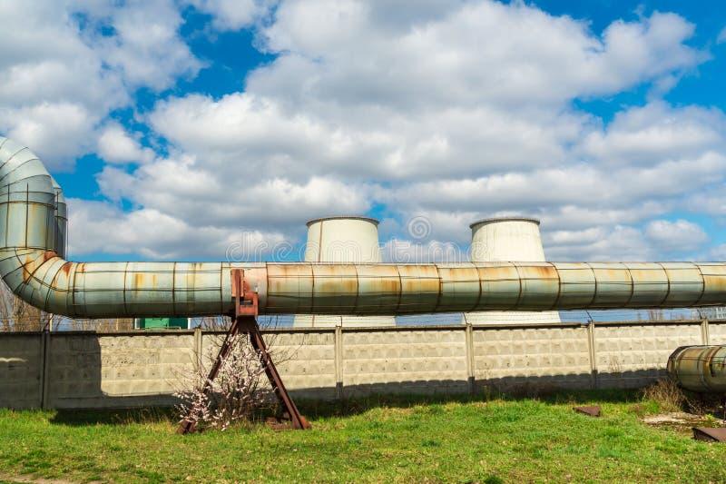 Centrale thermique, paysage industriel avec de grandes cheminées photos stock