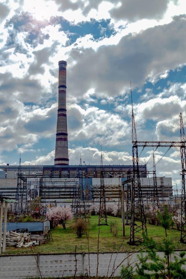 Centrale thermique, paysage industriel avec de grandes cheminées image stock
