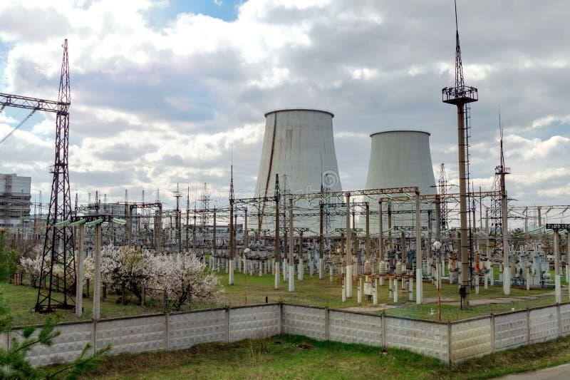 Centrale thermique, paysage industriel avec de grandes cheminées photos libres de droits