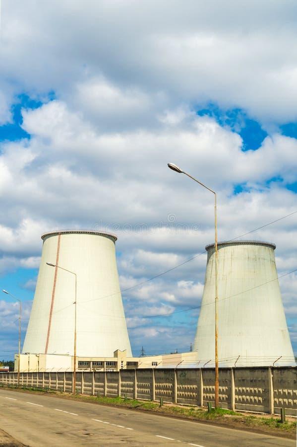 Centrale thermique, paysage industriel avec de grandes chemin?es photographie stock libre de droits