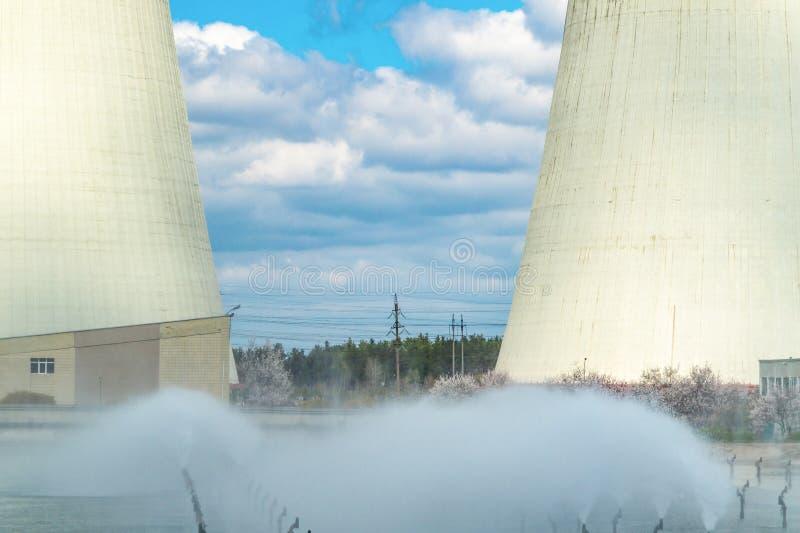 Centrale thermique, paysage industriel avec de grandes chemin?es photos stock