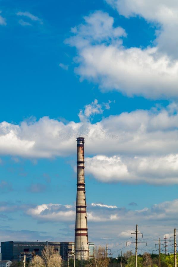 Centrale thermique, paysage industriel avec la grande cheminée photographie stock