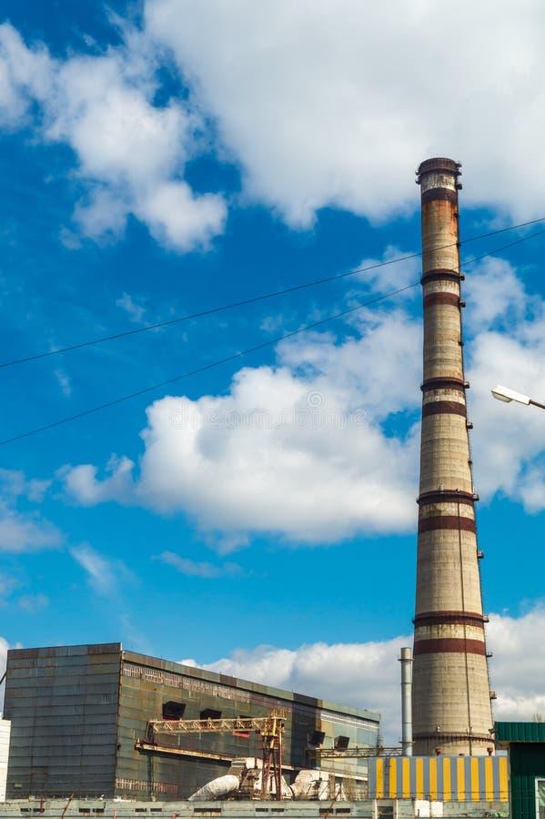 Centrale thermique, paysage industriel avec la grande cheminée photo libre de droits