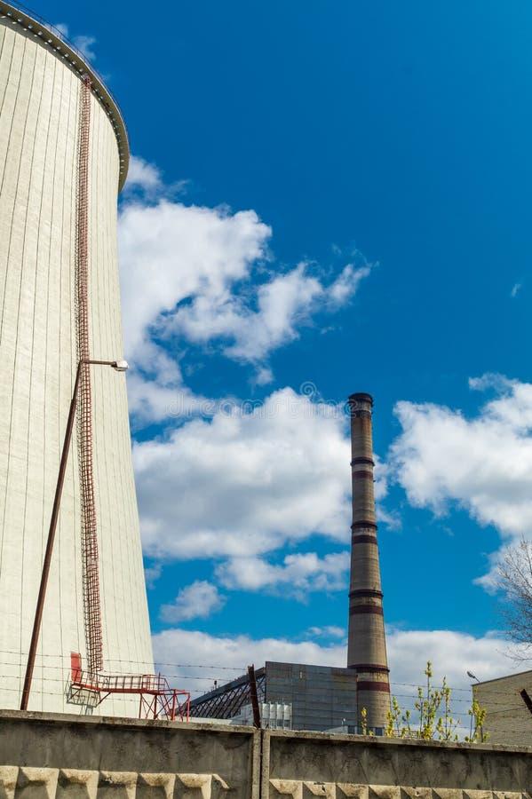 Centrale thermique, paysage industriel avec la grande chemin?e photo stock