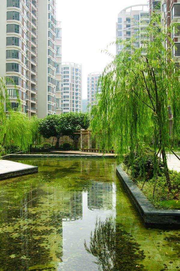 Centrale tuin in een nieuw woondistrict stock fotografie