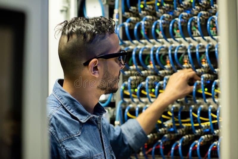 Centrale verwerkingseenheidsingenieur die systeem van databaseopslag analyseren stock foto's