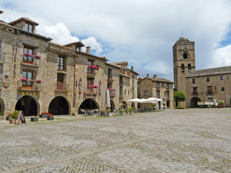 Centrale vierkante en middeleeuwse kerk van Ainsa Huesca royalty-vrije stock foto's