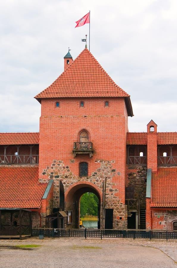 Centralen står hög av slottet i Trakai royaltyfri foto