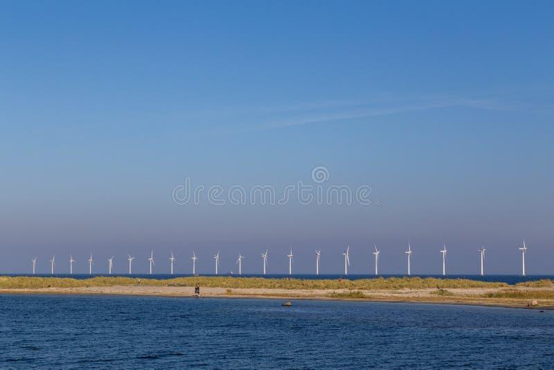 Centrales eléctricas de energía eólica costeras en la playa de Amager en Copenhague fotos de archivo libres de regalías