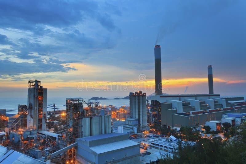 Centrales eléctricas en Hong-Kong en la puesta del sol foto de archivo libre de regalías