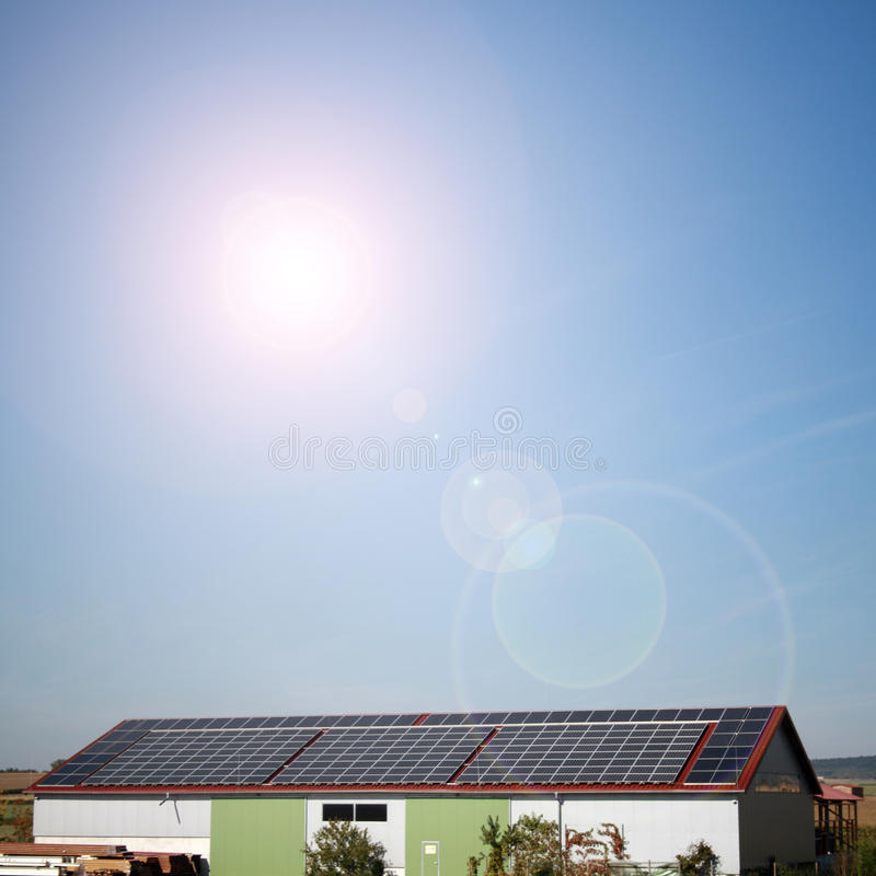 Centrales solaires dans la maison par le temps ensoleillé photo libre de droits