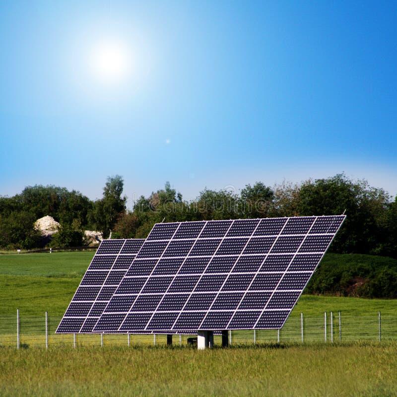 Centrales solaires dans le domaine photographie stock libre de droits