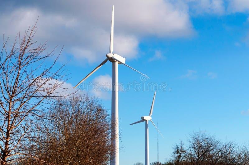 Centrali eoliche bianche, due generatori eolici nel campo fotografia stock