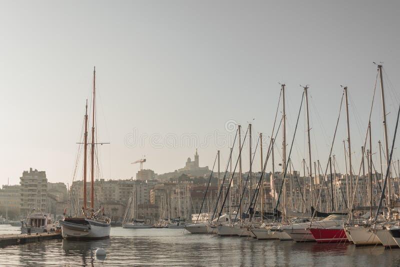 Centralnego miasta schronienie w śródmieściu z wiele jachtami przy zmierzchem w Marseille i łodziami, Francja, sceniczny widok obrazy royalty free