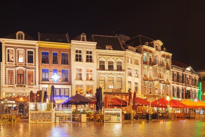 Centralny historyczny plac z barami i restauracjami w starożytnym centrum miasta Nijmegen, Holandia obrazy stock