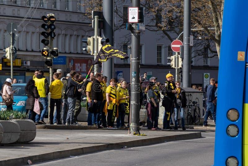 CENTRALSTATIONER MUNICH, APRIL 6, 2019: bvbfans p? v?gen till FCet Bayern Munich f?r fotbolllek vs borussiaen dortmund arkivfoto