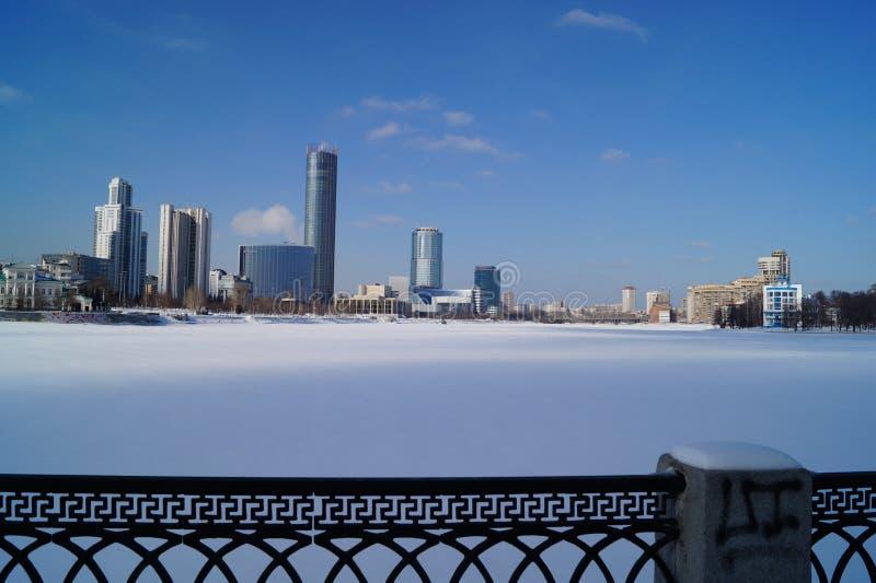 Centralt damm av staden av Yekaterinburg, vinter royaltyfri foto