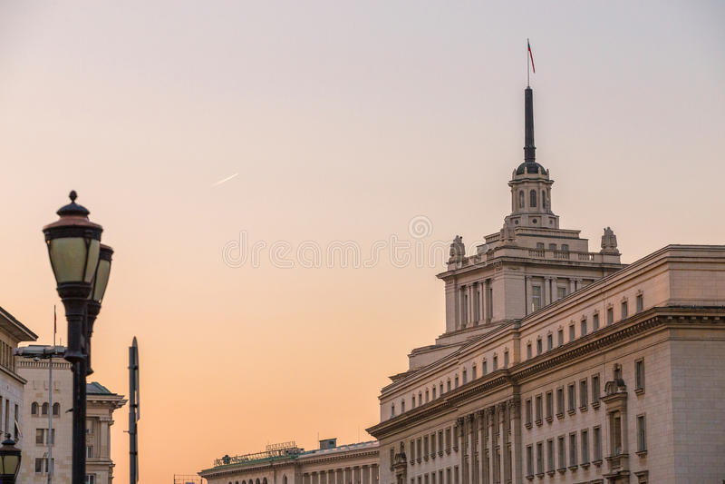 Centre administratif de Sofia sur le coucher du soleil photographie stock