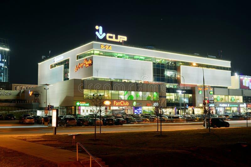 Centre central de boutique dans la vue de nuit de ville de Vilnius image stock
