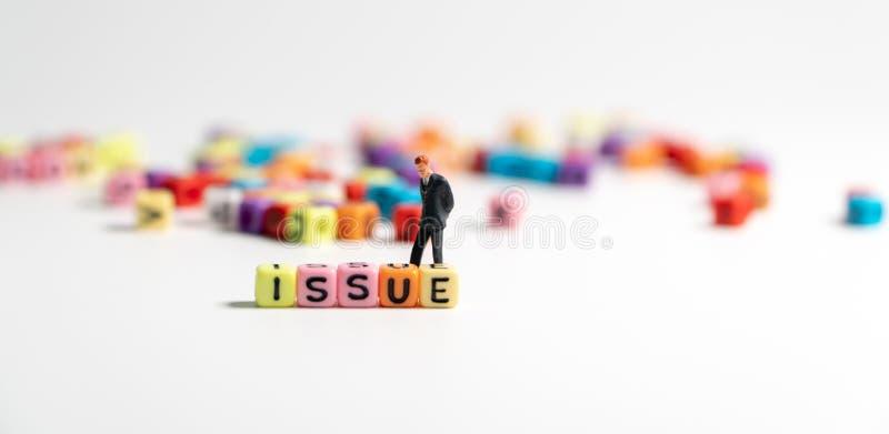 Centre choisi de coloré de l'alphabet et du regard de QUESTION et d'homme d'affaires miniature de figure dans la position de cost photo libre de droits