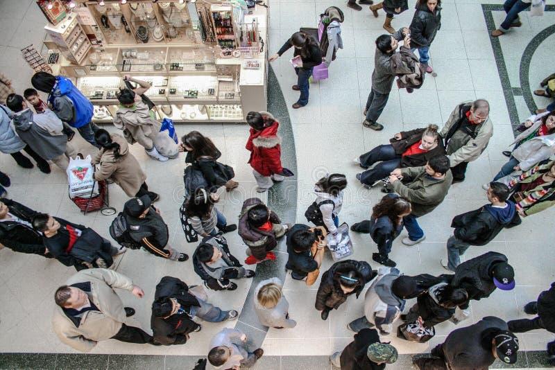Centre commercial complètement des personnes photos libres de droits
