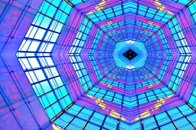 Centre commercial d'intérieur lumineux violet de plafond photographie stock