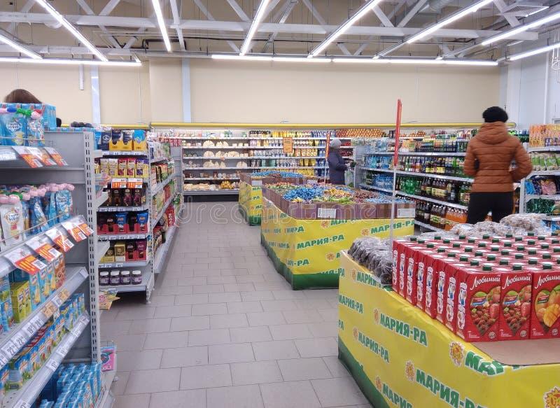 Centre commercial de magasin avec le supermarché Novosibirsk Novomarusino de réseau de Maria-RA de marchandises d'étalages photo stock