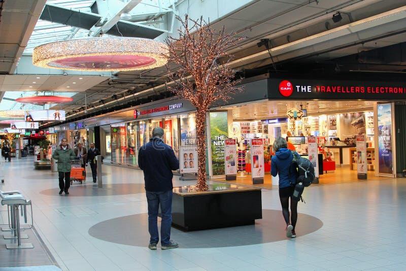 Centre commercial de plaza de Schiphol de personnes, aéroport de Schiphol, Pays-Bas photos stock