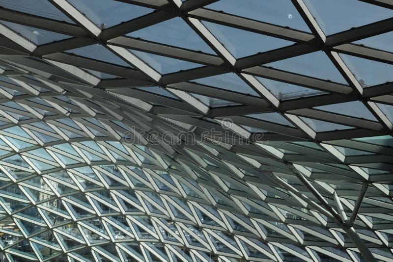 Centre commercial géométrique de plafond moderne photographie stock