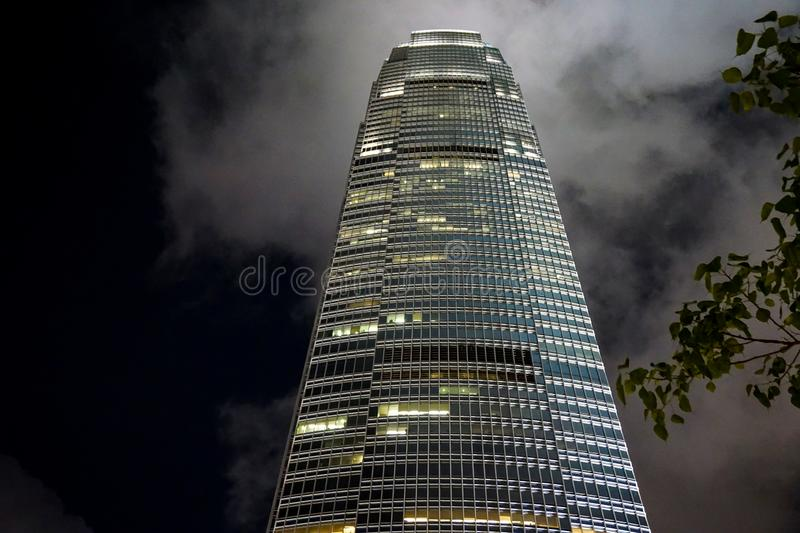Centre commercial international Hong Kong contre le ciel nocturne photos stock