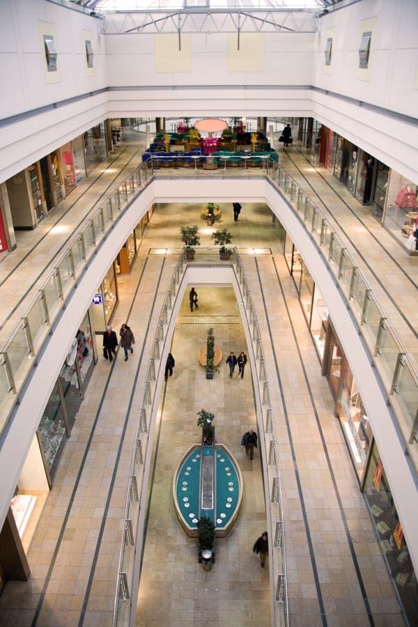 Centre commercial multiniveaux images stock