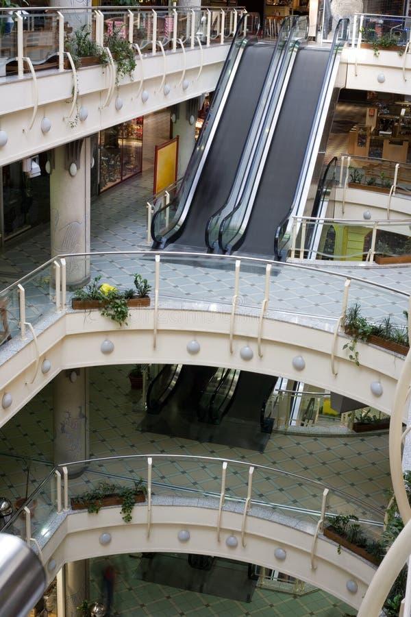 Centre commercial multiniveaux photos stock