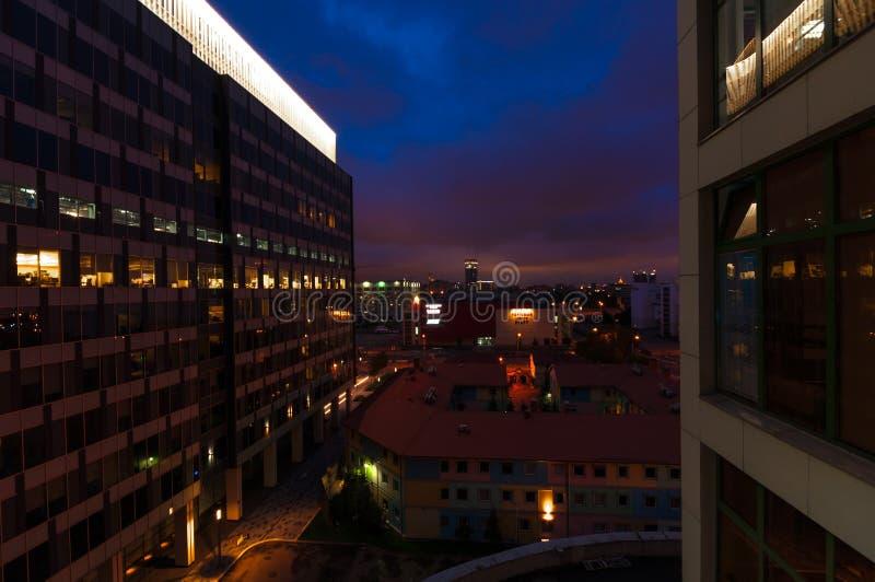 Centre d'affaires la nuit images libres de droits