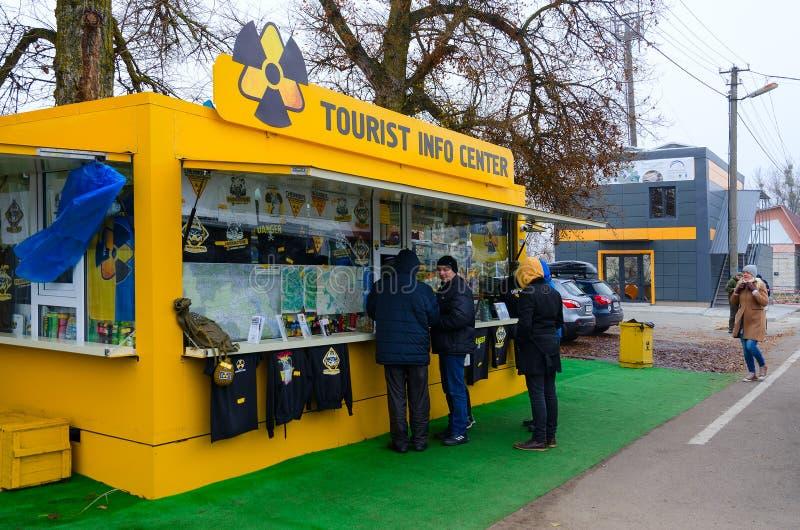 Centre d'information et boutique de souvenirs de touristes devant le point de contrôle Dityatki dans la zone d'aliénation de CN d images stock