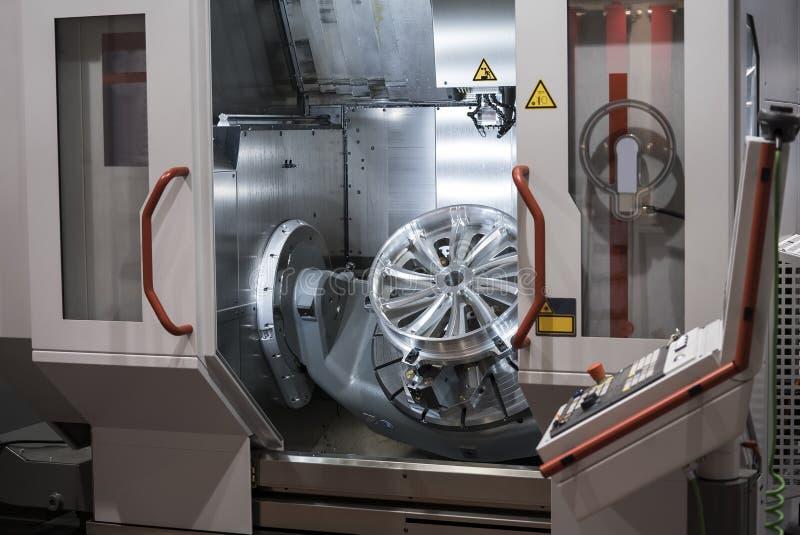 Centre d'usinage performant de commande numérique par ordinateur de 5 axes photographie stock libre de droits