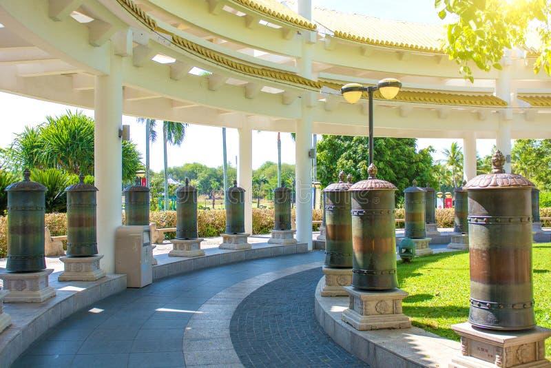 Centre de bouddhisme de Nanshan, un parc complètement des sites religieux parc de cinq étoiles hauts colonnes et tambours de fer  images libres de droits