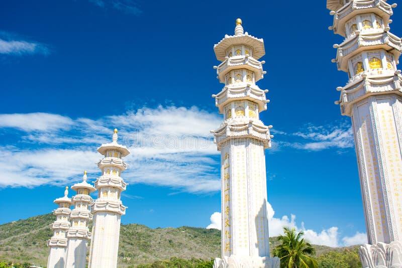 Centre de bouddhisme de Nanshan, un parc complètement des sites religieux parc de cinq étoiles hauts colonnes et tambours de fer  photographie stock