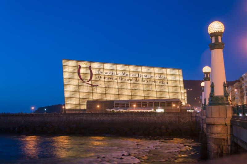 Centre de congrès de Kursaal par nuit photo stock