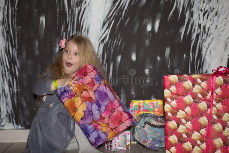 Centre de divertissement dans l'hypermarché de Gomel L'enfant ouvre le cadeau Enfants' image stock