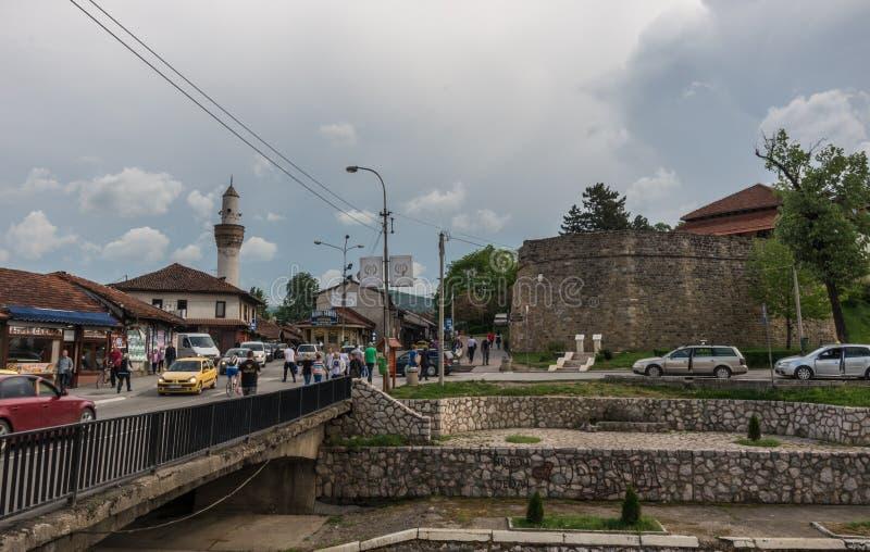 Centre de la ville avec et mosquée de forteresse ruine et Novi Pazar, ville image libre de droits