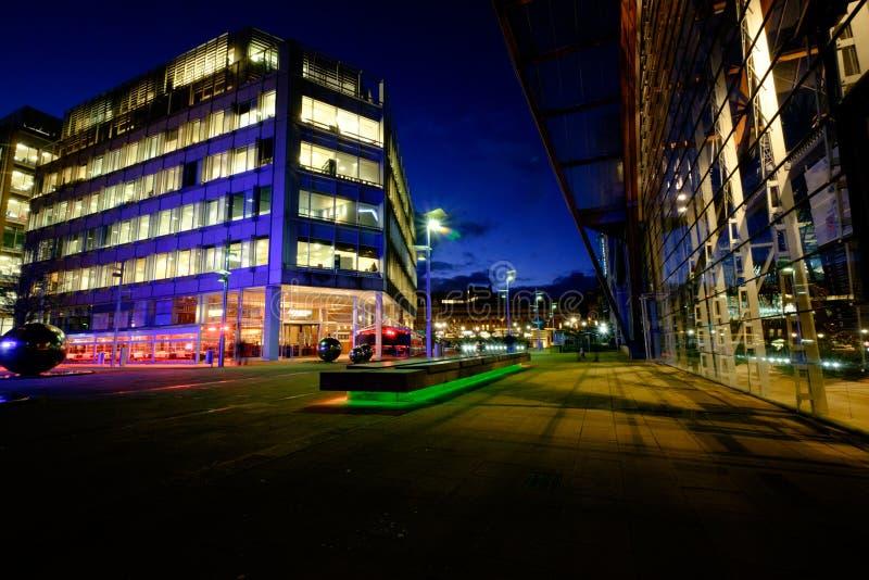 Centre de la ville de Sheffield la nuit photographie stock