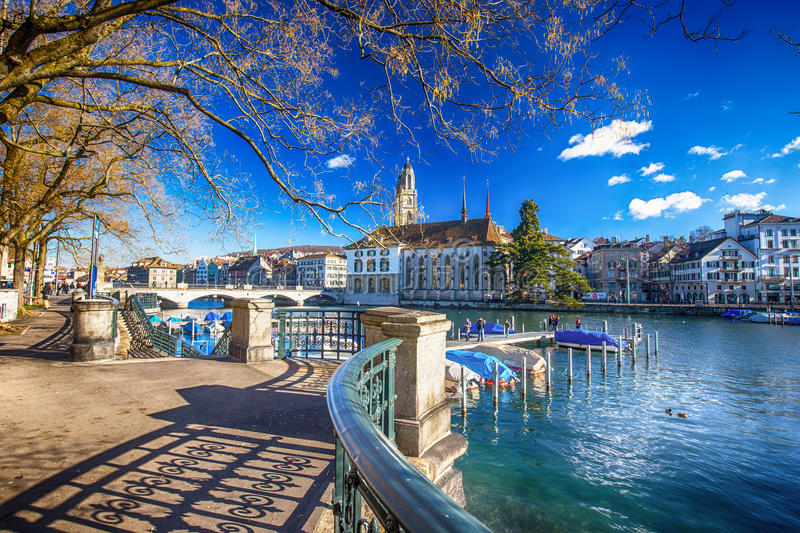 Centre de la ville historique de Zurich avec la rivière célèbre d'église et de Limmat de Grossmunster images libres de droits