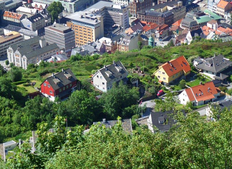 Centre de la ville impressionnant et maisons colorées sur le flanc de coteau du Mt Floyen à Bergen, Norvège photos stock