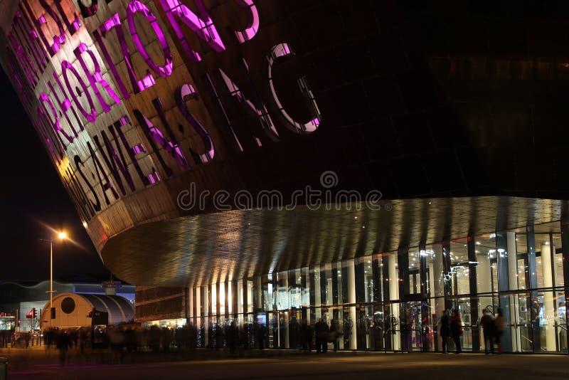 Centre de millénaire du Pays de Galles la nuit photos stock